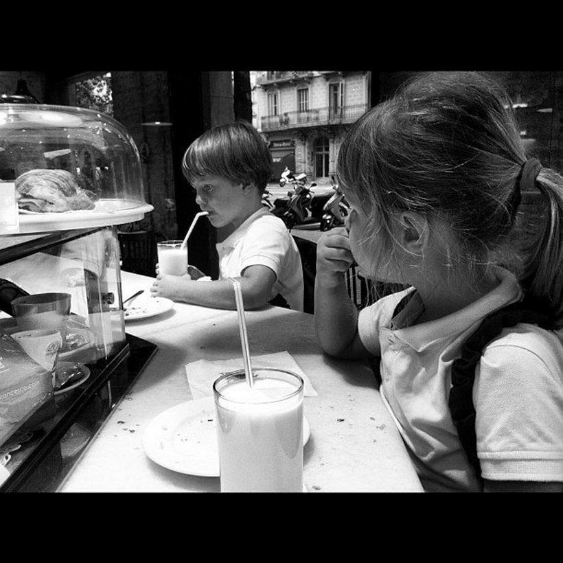 Börn Jordi og Guðnýjar á kaffihúsi.