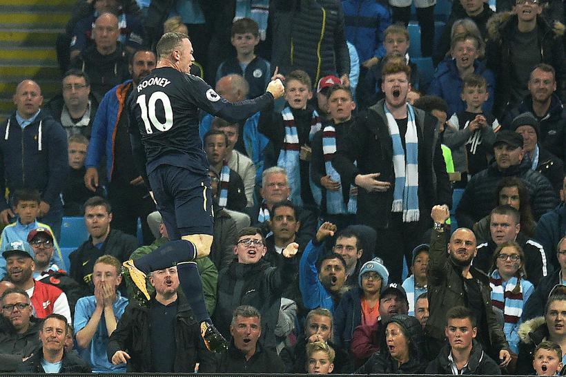 Wayne Rooney fagnar marki sínu í kvöld.