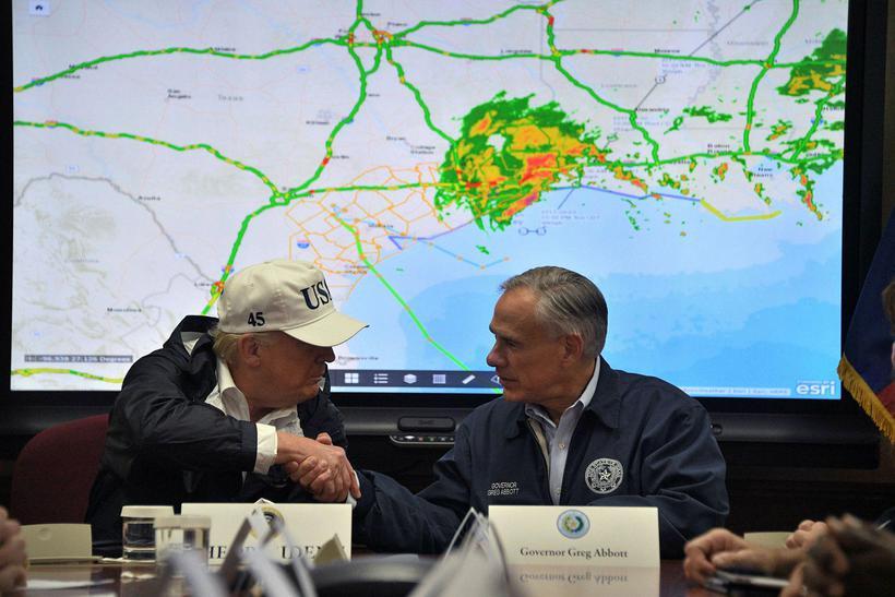 Donald Trump Bandaríkjaforseti og Greg Abbott, ríkisstjóri í Texas, er ...