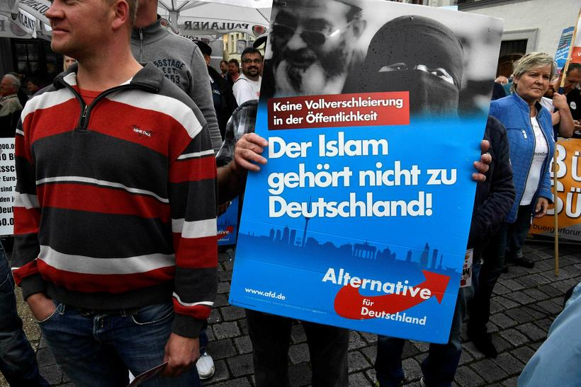 Félagar í hægriöfgaflokkinum AfD mótmæla fyrir utan kosningafund Merkel í ...