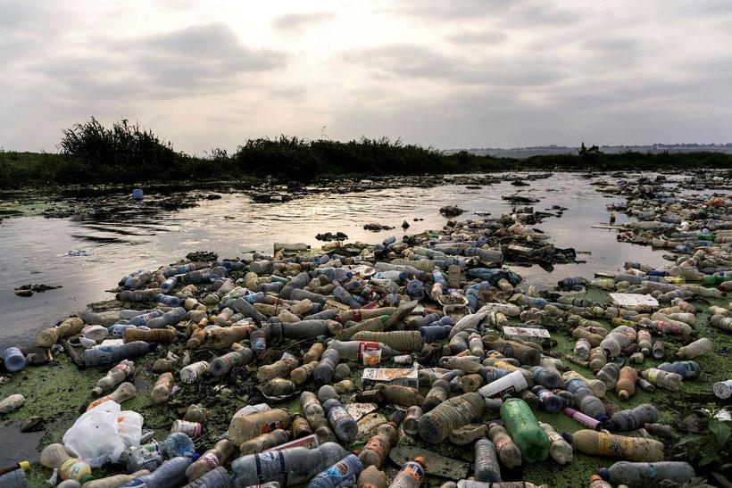 Plastflöskur fljóta eftir Makelele ánni í Kinshasa.