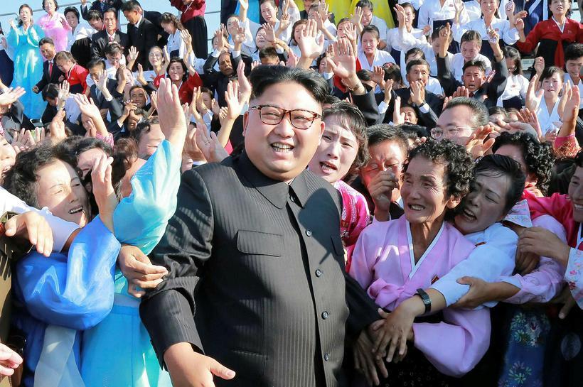 Kim Jong-un leiðtogi Norður-Kóreu með hópi norður-kóreskra kennara. Norður-Kórea hyggst ...