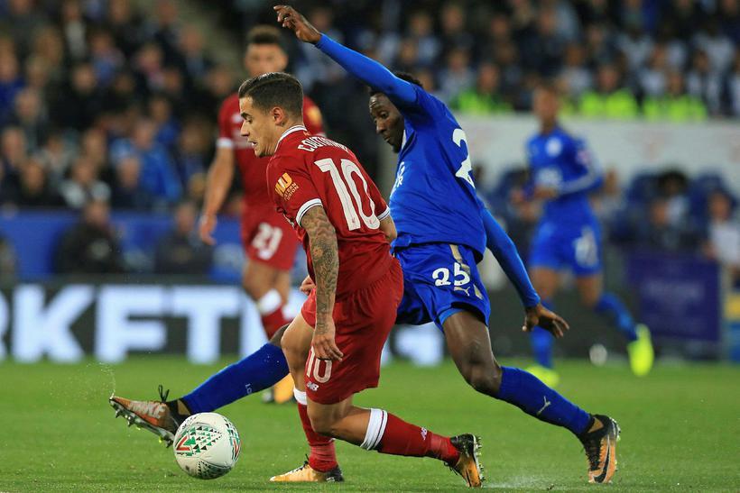 Philippe Coutinho með boltann í leiknum gegn Leicester í kvöld.