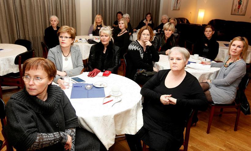 Kvenfélagasamband Íslands hefur þurft að segja upp báðum starfsmönnum sínum ...