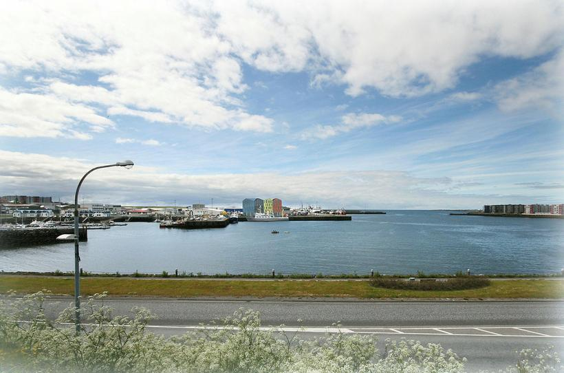 Séð af Strandgötunni í Hafnarfirði yfir á Fornubúðir þar sem ...