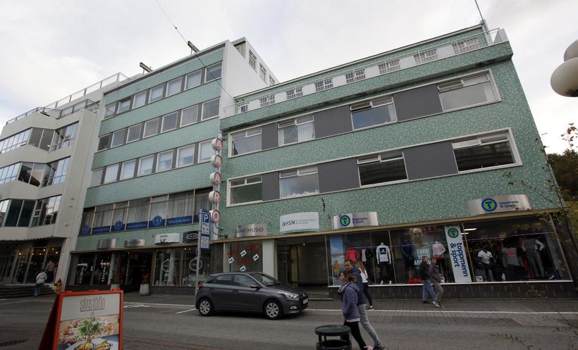 Heilsugæslustöðin á Akureyri er á fjórum hæðum þessa húss, Hafnarstrætis ...