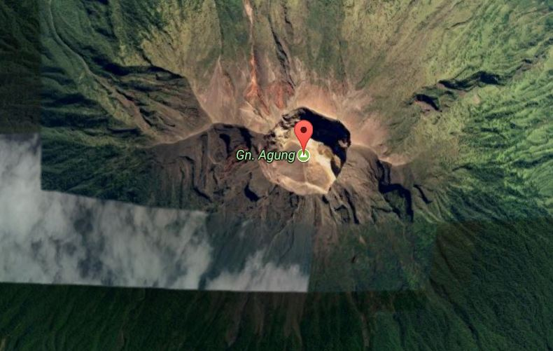 Mount Agung-eldfjallið. Fólki er bent á að hætta sér ekki ...