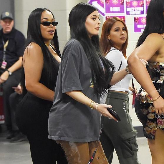 Jenner klæddist víðum bol þegar hún skellti sér á tónleika ...