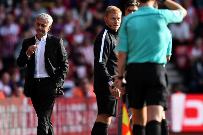 José Mourinho gengur af vellinum eftir að hafa verið vikið ...