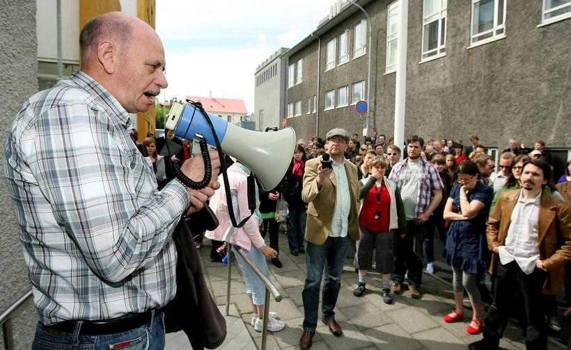 """Mótmælt við dómsmálaráðuneytið árið 2008 undir kjörorðinu """"frelsum Paul""""."""
