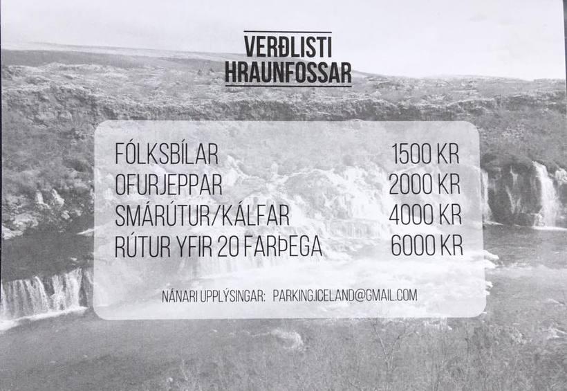 Búið er að setja upp verðlista við bílastæðin við Hraunfossa ...