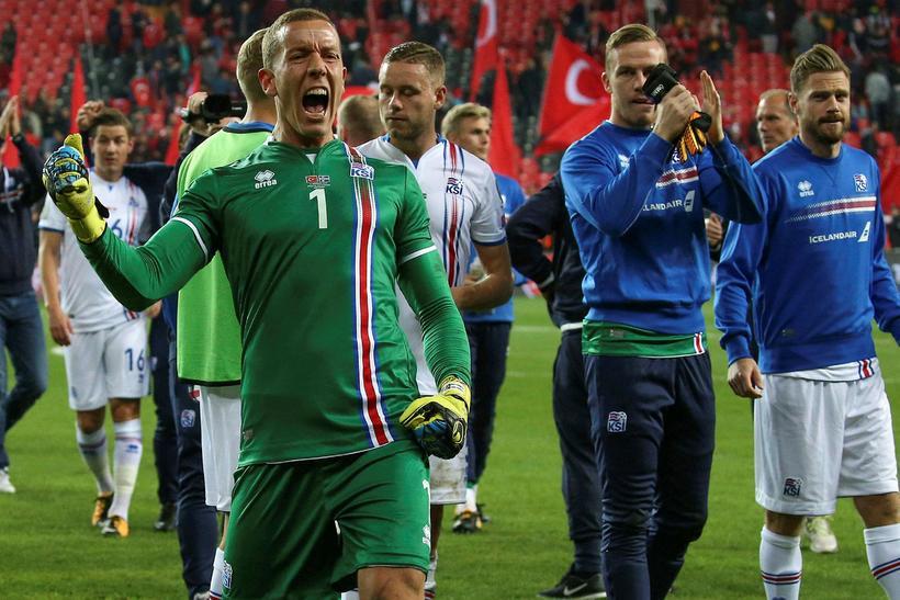 Hannes Þór Halldórsson fagnar sigrinum gegn Tyrkjum á föstudaginn.