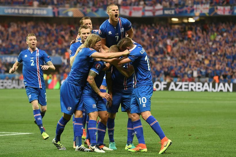 Íslenska liðið fagnar marki gegn Englandi í Nice.